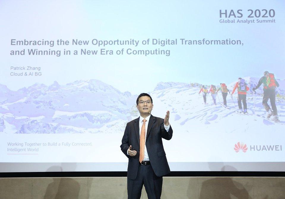 Patrick Zhang, wiceprezes Huawei i dyrektor działu strategii i rozwoju branży, Cloud & AI BG, podczas prezentacji wizji ekosystemu branżowego