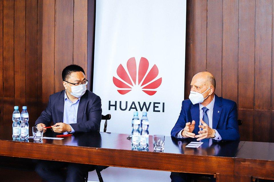 Bao Jianlin, Dyrektor zarządzający Huawei Polska i prof. dr hab. inż. Piotr Tatajewski w trakcie podpisywania umowy o współpracy.