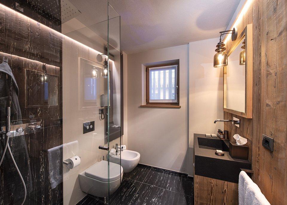 Le Massif_Superior Room_Bathroom.jpg