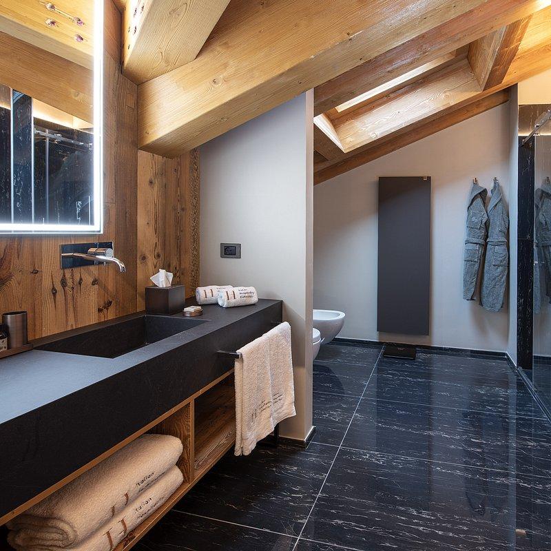 Le Massif_Roof Top Suite_Bathroom_2.jpg