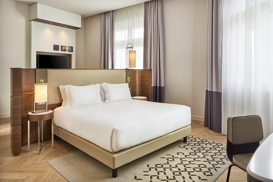 DoubleTree_by_Hilton_Trieste__Corner_Junior_Suite_Bedroom.jpg