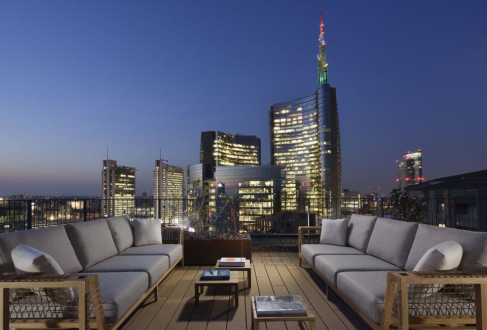 MilanoVerticale_rooftop_nightview_photocourtesyMilanoVerticale_UNAEsperienze.jpg