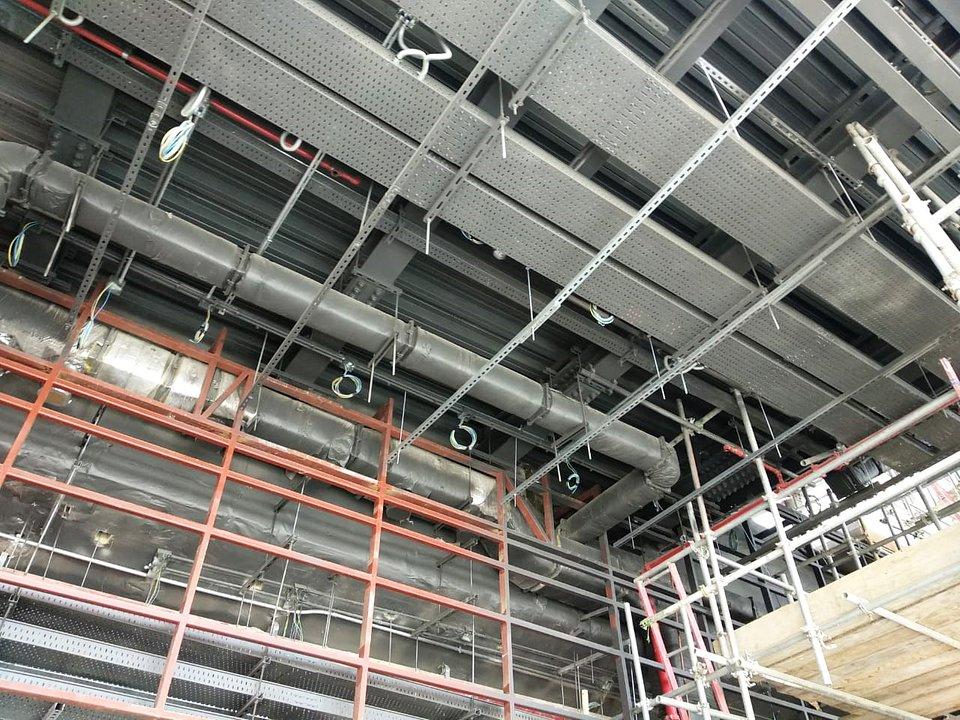 Systemy instalacyjne firmy Fischer zabezpieczają linie zasilające irurowe. Są odpowiednie dodużych obciążeń ioferują komponenty, które można dostosować dosytuacji iwymiarów linii. Zdjęcie: fischer