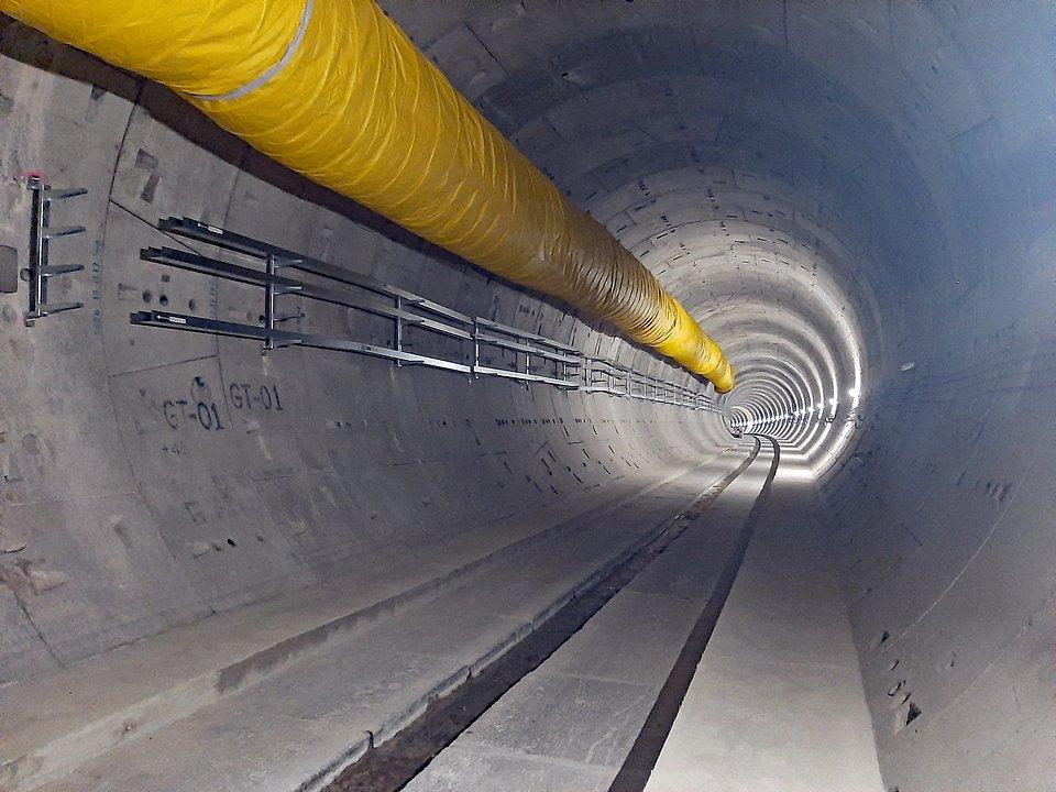 Bezpieczne trasy ratunkowe: kotwy sworzniowe fischer FAZ II i stalowe płyty zabezpieczają chodniki awaryjne w podwójnym tunelu nowej linii Tren Interurbano México Toluca, która łączy Meksyk z Toluca. Zdjęcie: fischer