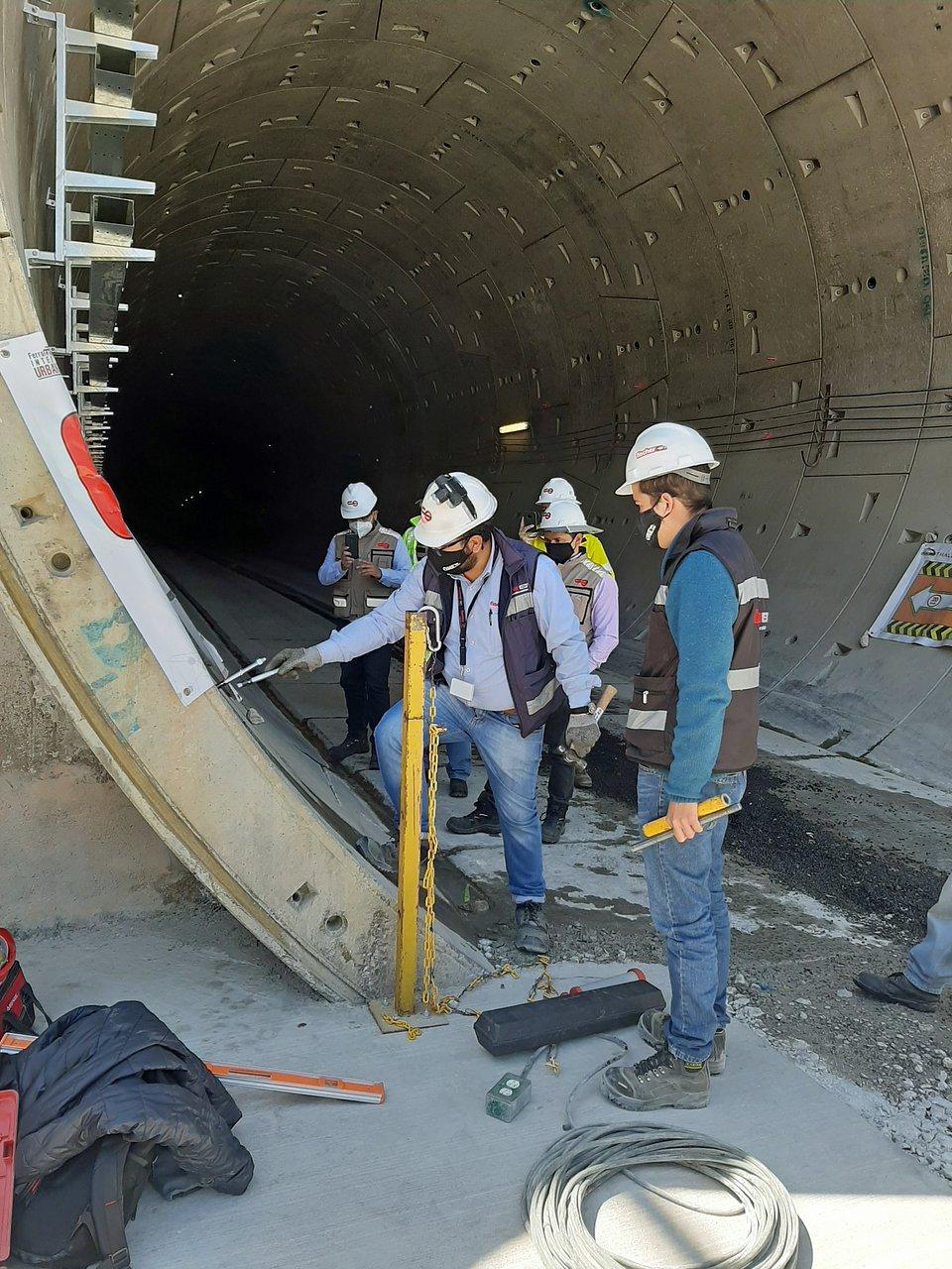 """fischer zapewniła ważne wsparcie na miejscu budowy przy rozbudowie linii """"Tren Interurbano México Toluca"""". Zdjęcia: fischer"""