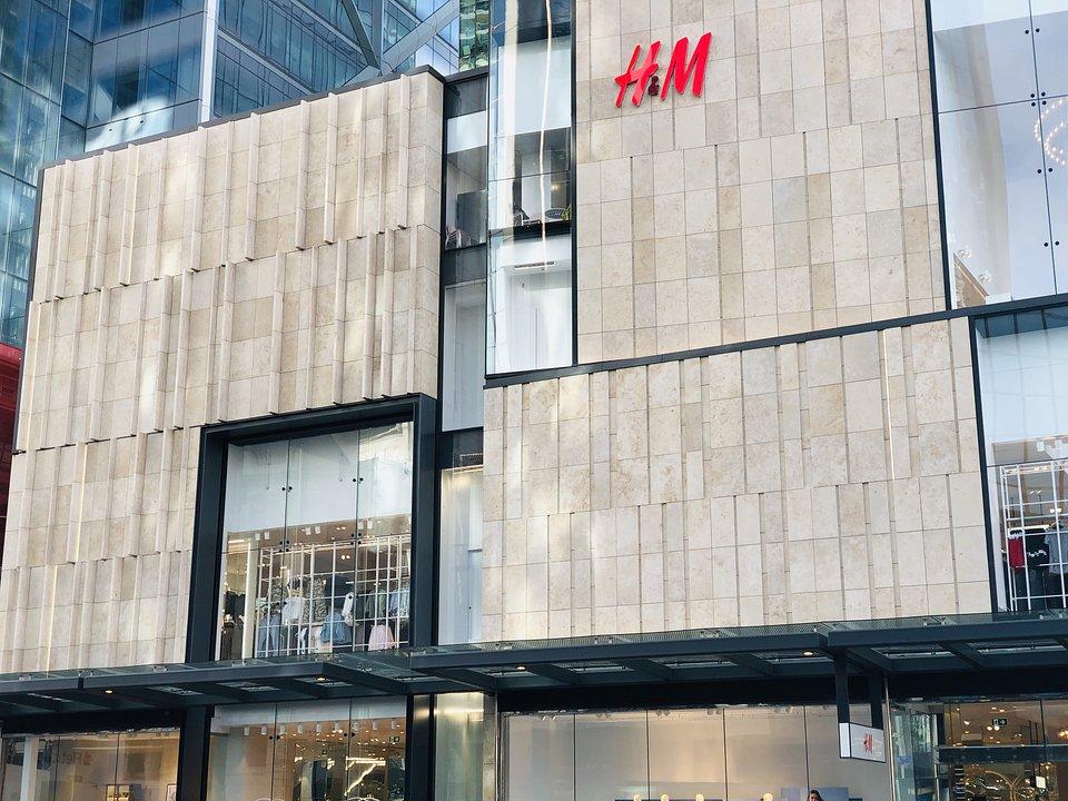Harmonijny wygląd nowego centrum handlowego - bez widocznych punktów mocowania na elewacji z kamienia wapiennego. Zdjęcie: fischer