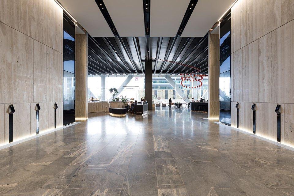 Podczas mocowania wewnętrznych elewacji w budynkach Commercial Bay za pomocą paneli trawertynowych, projektanci i wykonawcy elewacji polegali również na doświadczeniu ekspertów w zakresie mocowania - fischer. Wykorzystano tu 10 000 FZP II 15x15 M8i. Obraz: fischer