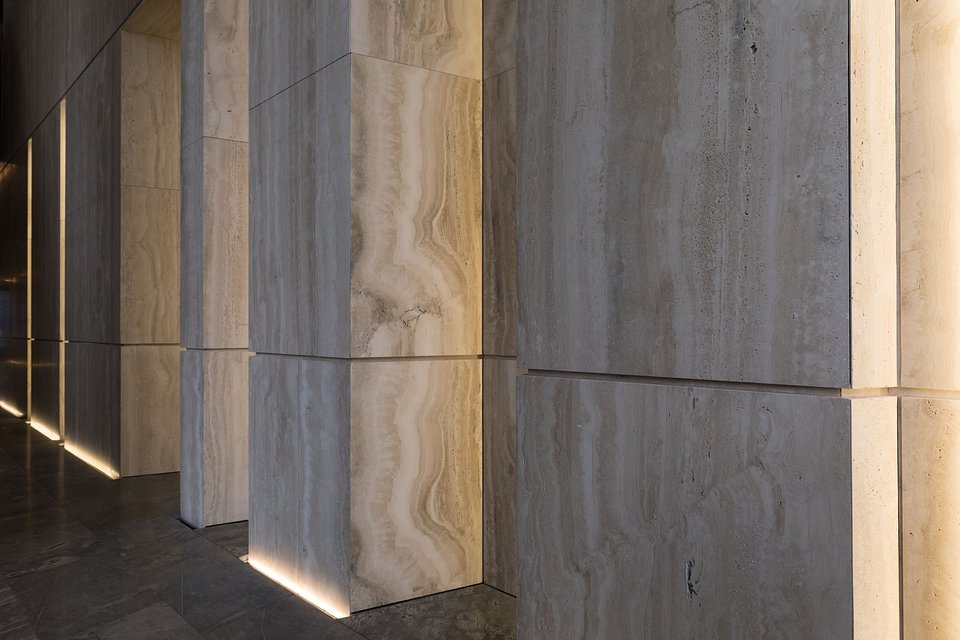 10 000 FZP II 15x15 M8i mocuje płyty trawertynowe wewnątrz budynków Obraz: fischer