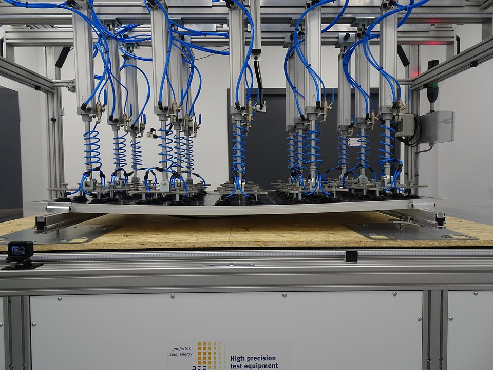 Jeden z testów wytrzymałości paneli fotowoltaicznych prowadzony w laboratorium PV SUNLAB.