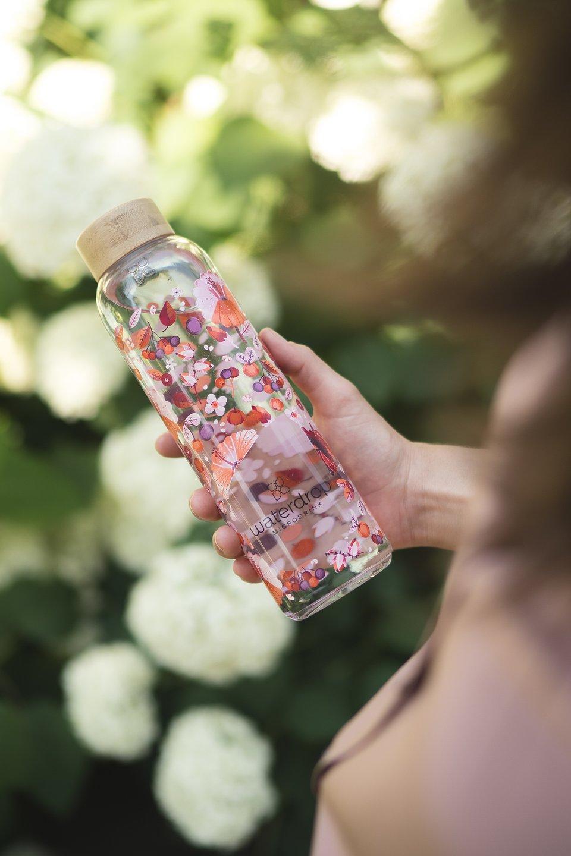 Butelka w kwiatowe wzory to piękny i praktyczny gadżet/ fot. Waterdrop