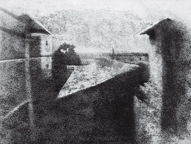 Zdjęcie 1. Fot. Joseph-Nicéphore Niépce. La cour du domaine du Gras. Źródło: http://100photos.time.com/photos/joseph-niepce-first-photograph-window-le-gras