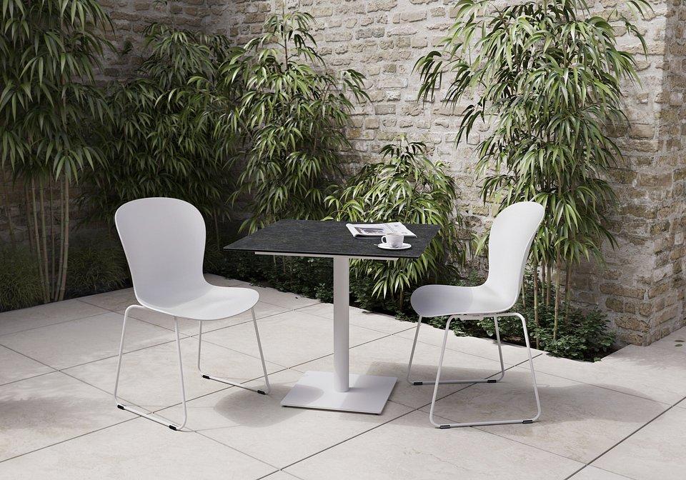 Krzesło Adelaide (do użytku wewnątrz i na zewnątrz), cena 839,-<br>Stolik ogrodowy Torino, cena 3.190,-