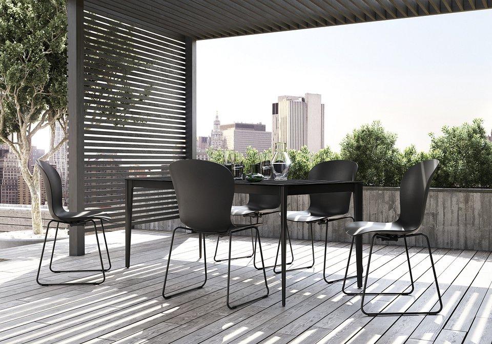 Krzesło Adelaide (do użytku wewnątrz i na zewnątrz), cena 839,-<br>Stół ogrodowy Torino, cena 4.329,-