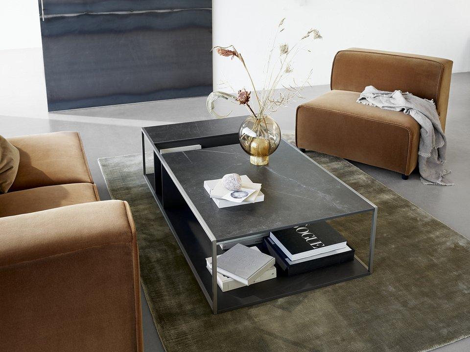 Stolik kawowy Philadelphia, cena od 2990,-<br>Fotel/moduł podstawowy Carmo, cena od 3.049,-<br>Sofa Carmo, cena od 4.290,-