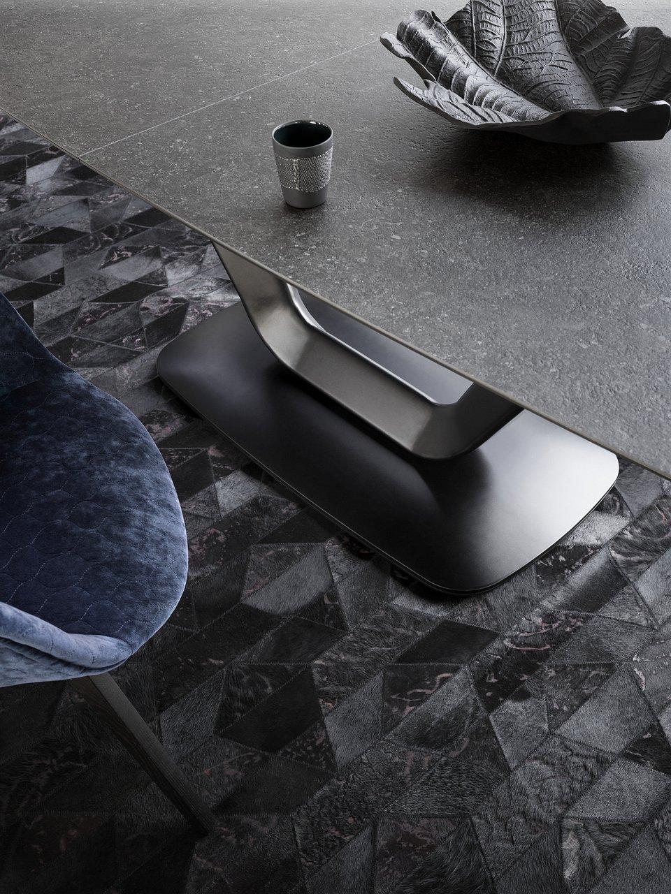 Stół Alicante, cena od 6.539,-<br>Krzesło Adelaide na obrotowej nodze, cena od 2.029,-<br>Dywan skórzany Mystic, cena od 6.490,-