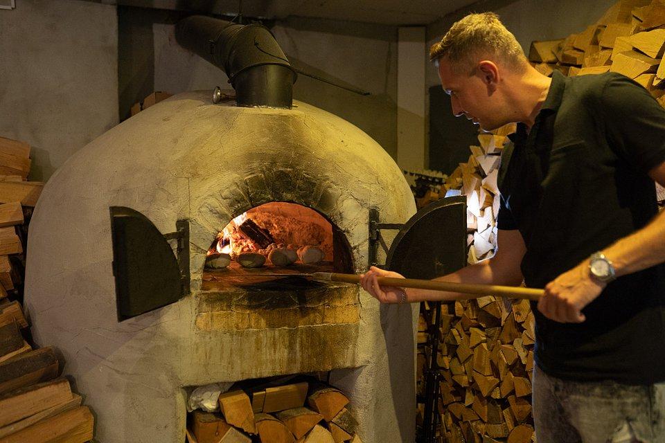 Paweł Jóźwiak w trakcie wypiekania pity do pulled pork.
