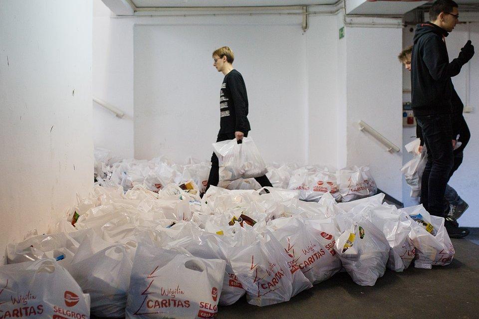 Dzięki połączeniu sił Caritas Polska i Selgros Cash & Carry do najbardziej potrzebujących trafią paczki z produktami świątecznymi oraz wigilijne potrawy zapakowane na wynos.