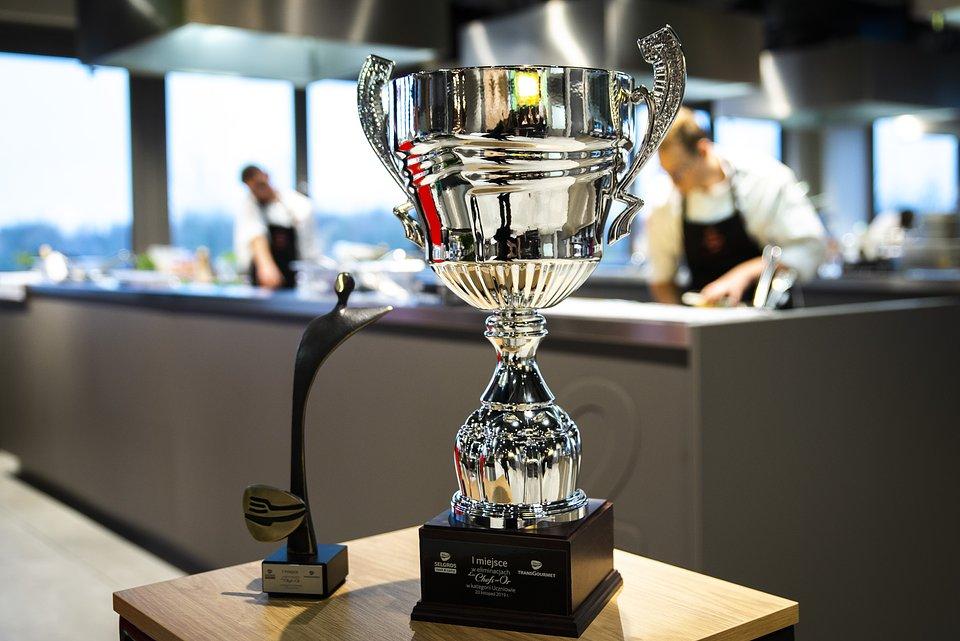 Statuetka dla zwycięzcy oraz puchar dla szkoły w poprzedniej edycji konkursu Les Chefs en Or.