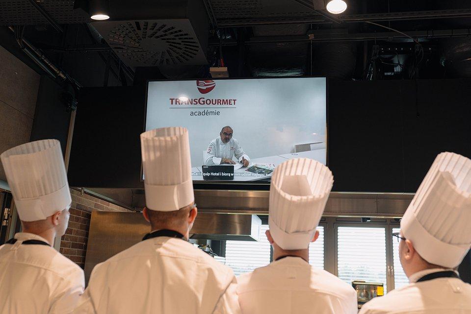 Młodzi kucharze mogli wysłuchać Marca Galais, Szefa Centrum Kulinarnego Transgourmet Francja, który ocenił potrawy eliminacyjne i udzielił kilku cennych wskazówek tuż przed startem finałowych zmagań.