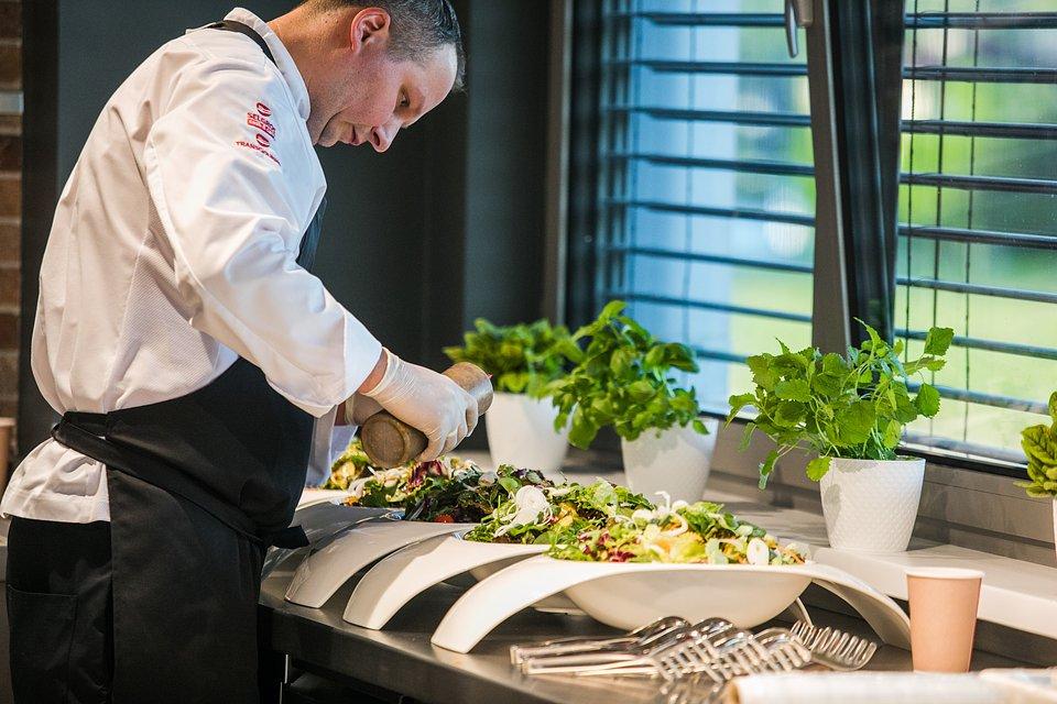 W akcji Szef kuchni Instytutu Kulinarnego Transgourmet, Marek Burkacki.    fot. Karol Stańczak / FOR Solutions.