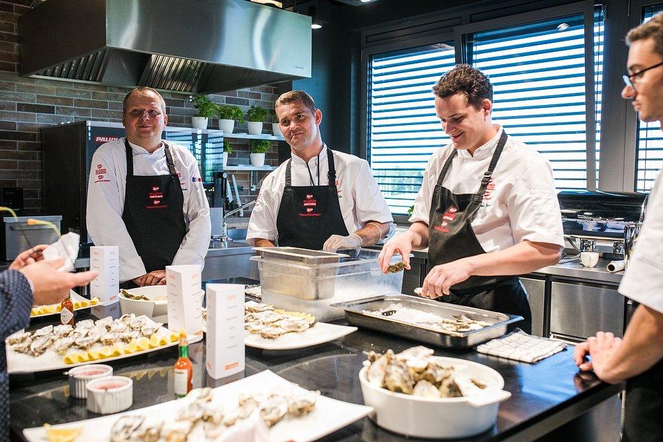 W menu przygotowanym przez kucharzy Instytutu Kulinarnego nie zabrakło ostryg, finger foodów, jak również dań mięsnych i wegetariańskich.    fot. Karol Stańczak / FOR Solutions.