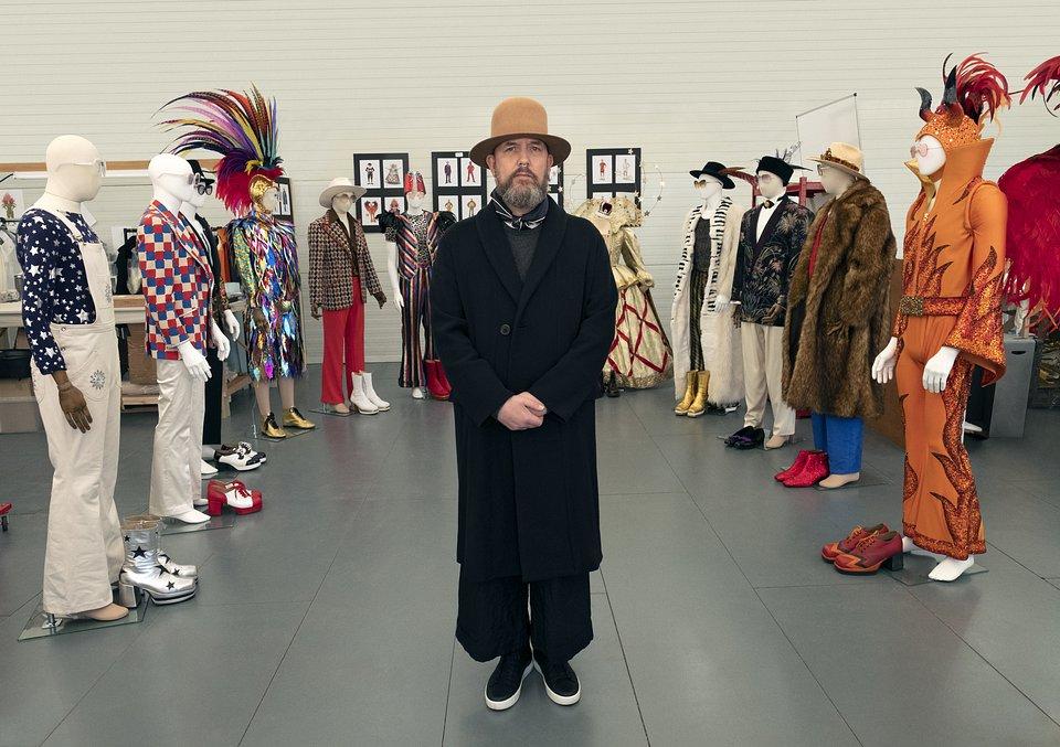 Projektant kostiumów Julian Day na planie filmu