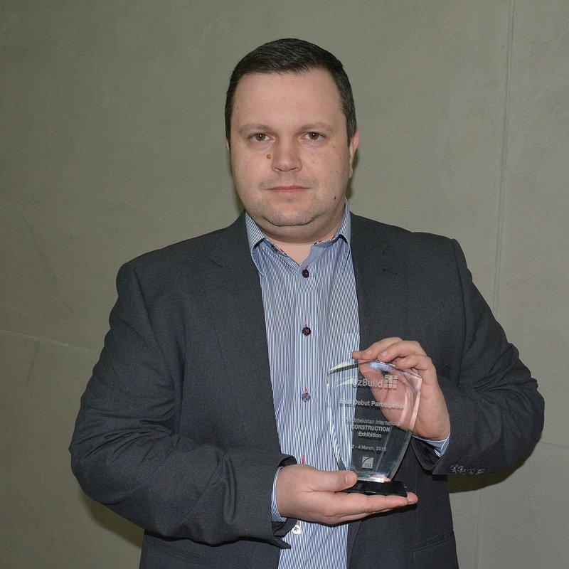 Dyrektor Sprzeda╛y Eksport Wschód Nestor Kutkowski z nagrodÑ.jpg