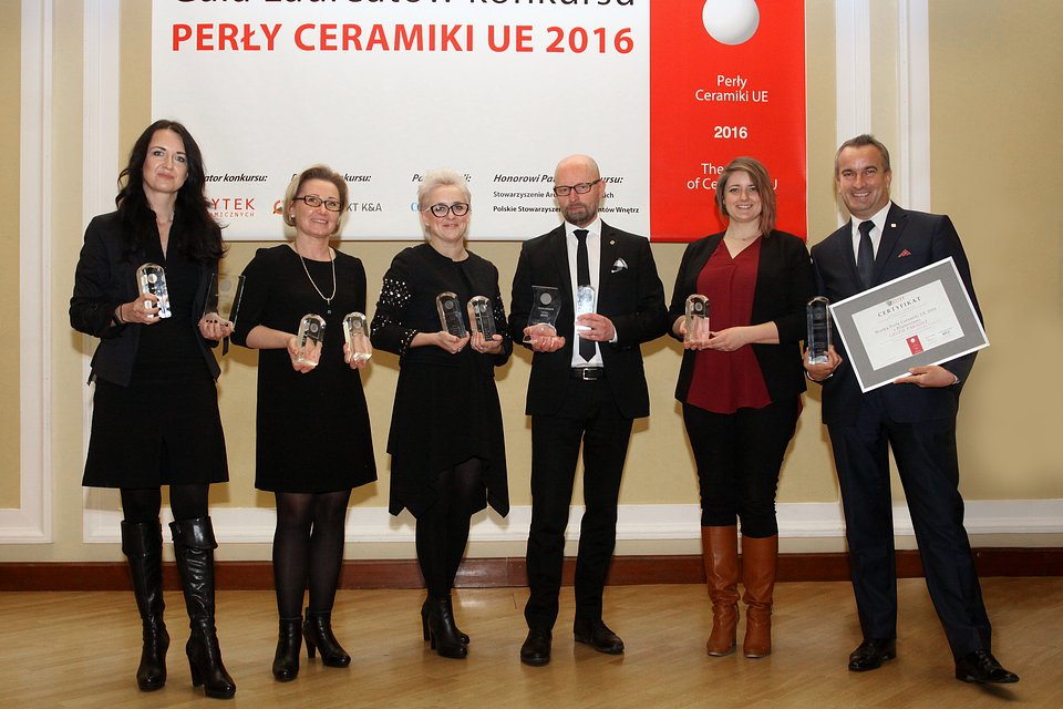 Przedstawiciele Grupy Paradyż z nagrodami Perły Ceramiki.jpg
