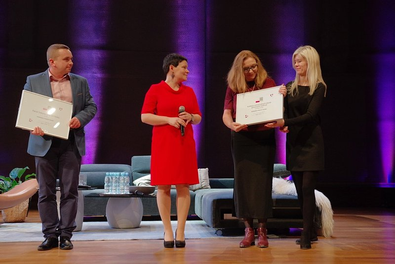 Wiceprezes Zarządu, Anna Tępińska-Marcinek odbiera wyróżnienie za kolekcję Optimal, fot. Piotr Waniorek.jpeg