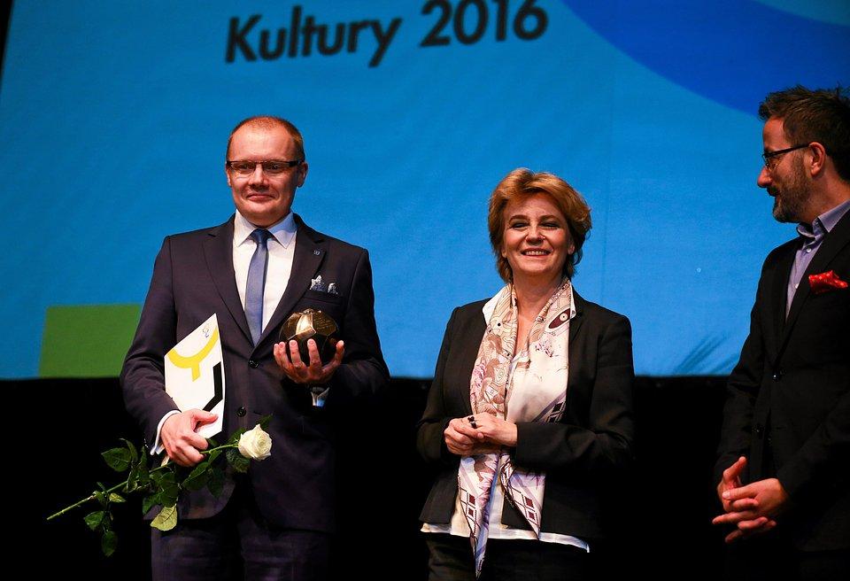 Adam Tępiński z nagrodą Mecenas Łódzkiej Kultury.jpg