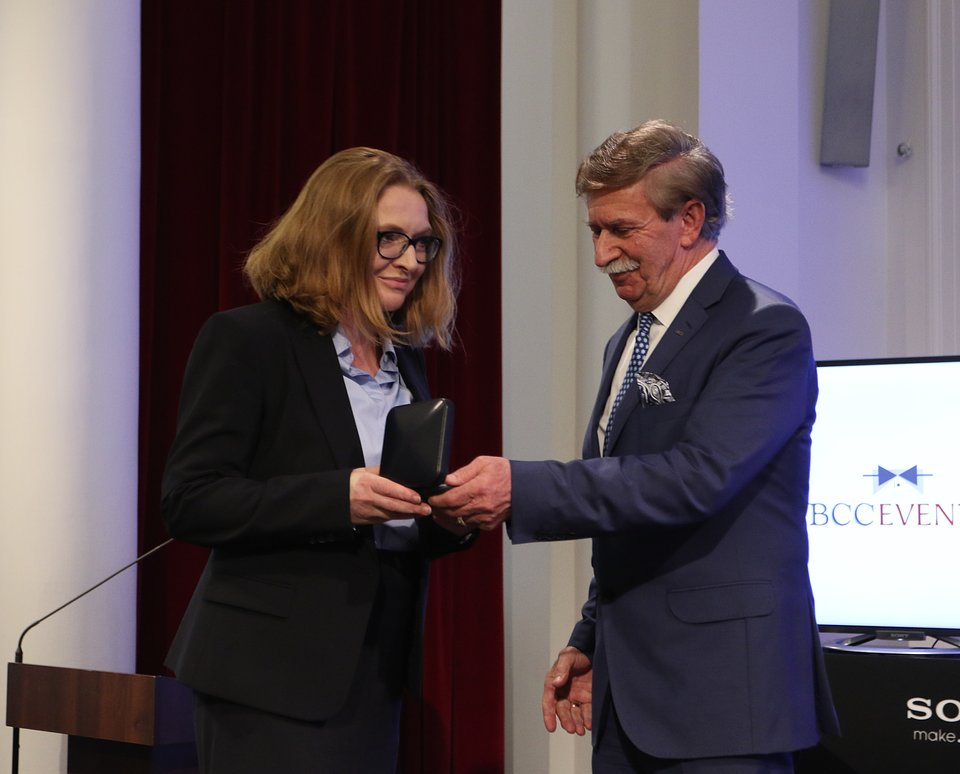 Anna T⌐piΣska Marcinek odbiera Medal Europejski.JPG