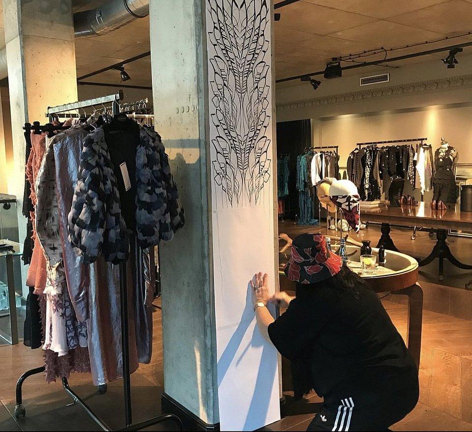 Gosia Baczyńska podczas pracy nad kolekcją w swoim atelier.jpg