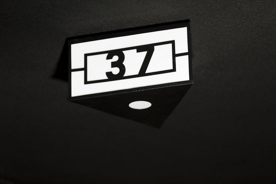 Lampa z numerem kamienicy.