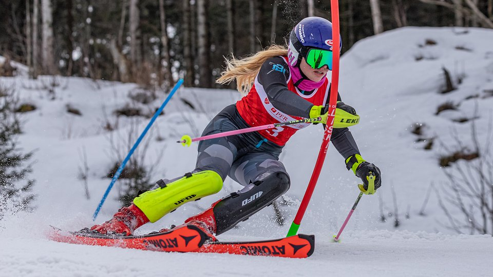 Magdalena Bańdo jedzie po złoto Mistrzostw Polski Juniorów Młodszych w slalomie.