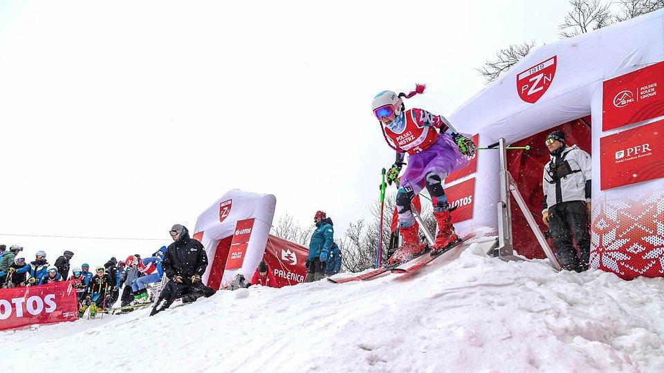 Kolorowe stroje i zacięta rywalizacja - tak wyglądał poniedziałkowy slalom równoległy