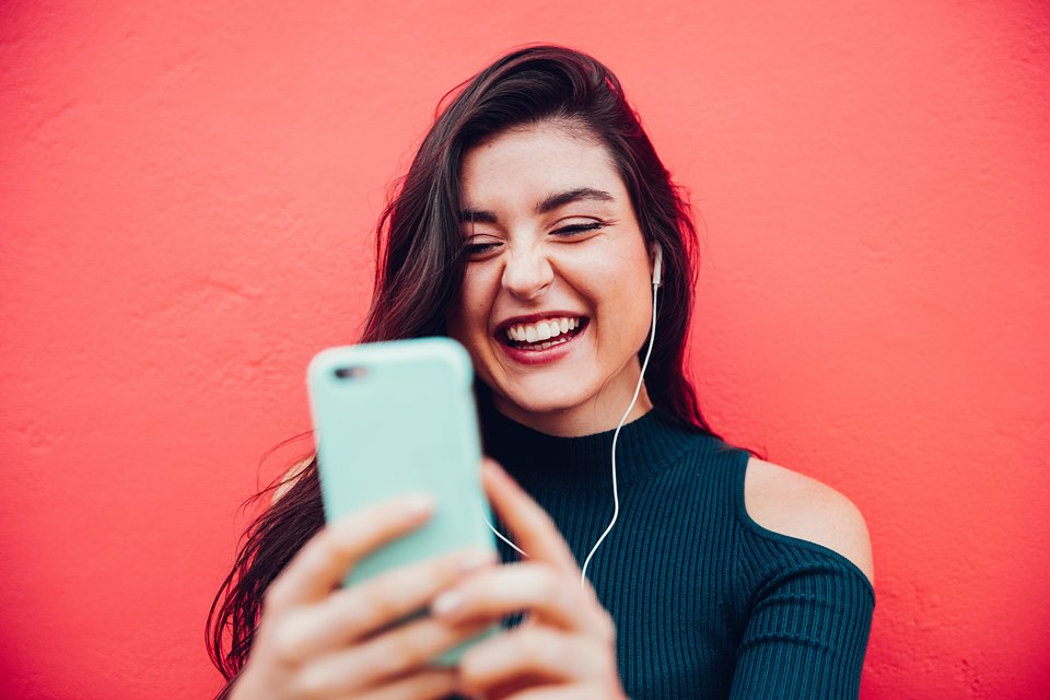 women-technology-girl-selfie-smart-phone-happy-laughing-internet-chat-watching-video-video-chat_t20_oEWX38.jpg
