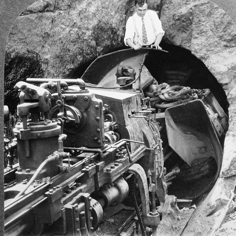 ST_GISUB_2507405_GET_TUNNEL_BORING_MACHINE_FOR_NYC_SUBWAY_1930.jpg