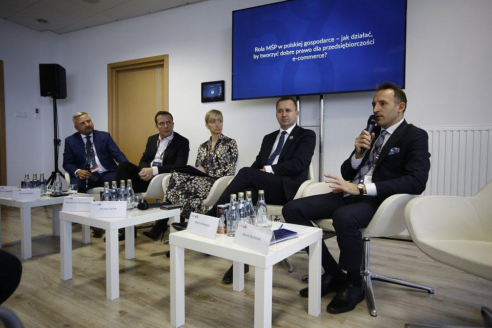 Damian Zapłata (drugi od lewej) w trakcie panelu o roli MŚP w polskiej gospodarce podczas Kongresu 590.