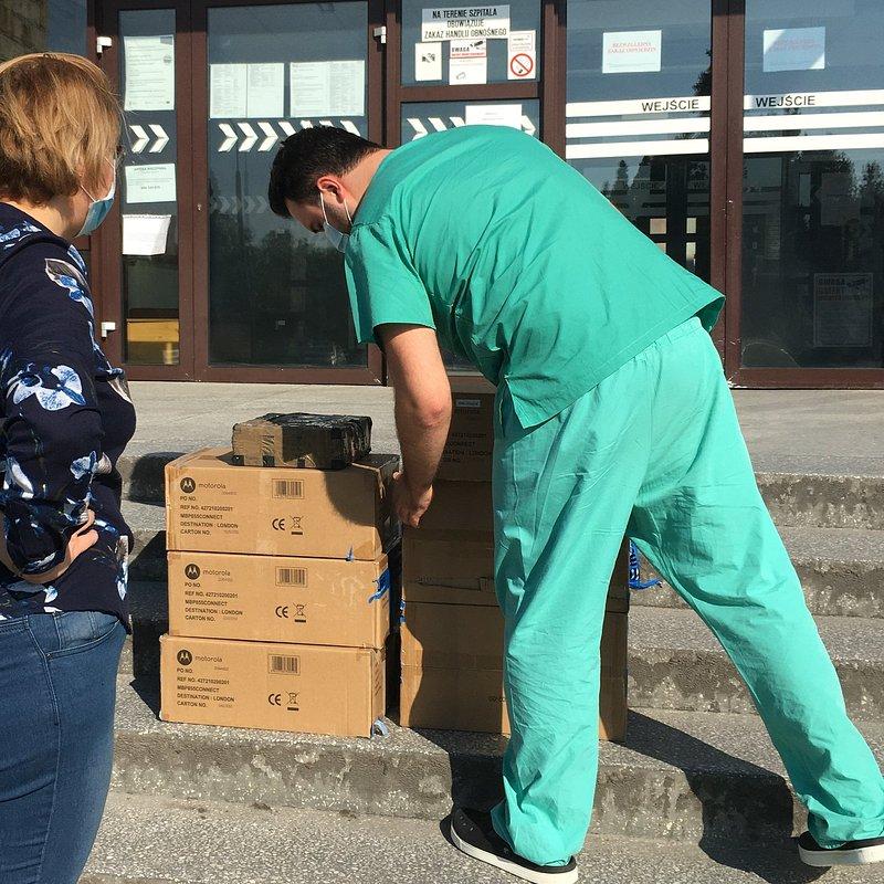 Zródło FB. Przekazanie elektronicznych niań do szpital w ramach inicjatywy pracowniczej pomagamy bo umiemya im. J. Strusia w Poznaniu.jpg