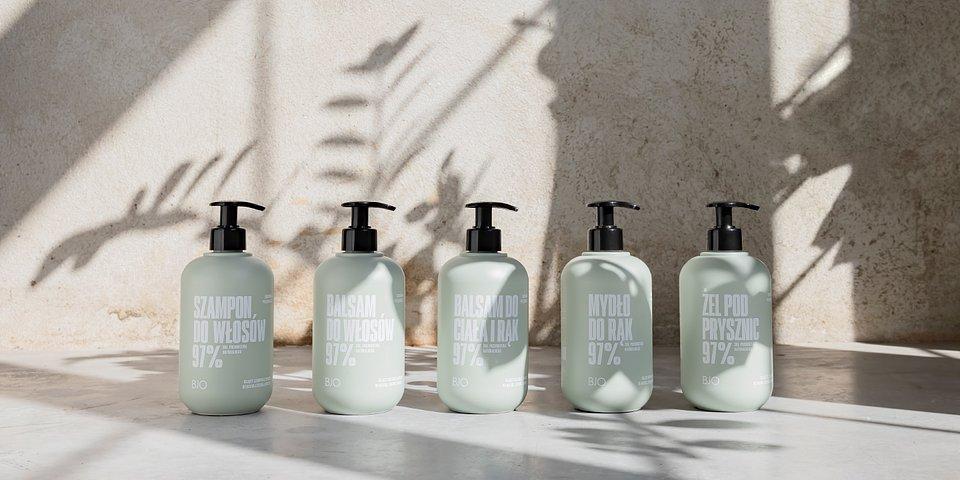 Linia o zapachu zielonej herbaty. Od lewej kolejno: szampon, balsam do włosów, balsam do ciała i rąk, mydło, żel pod prysznic.