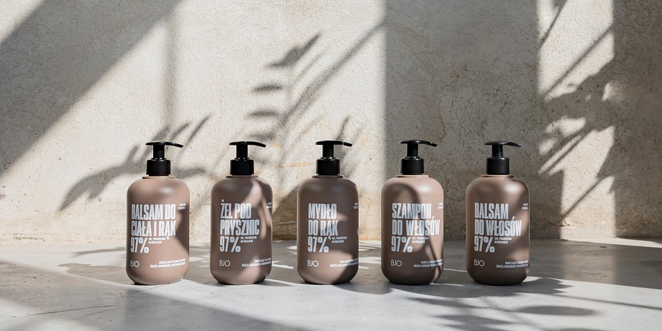 Linia o zapachu świeżej bergamotki i zmysłowego cedru. Od lewej kolejno: balsam do ciała i rąk, żel pod prysznic, mydło, szampon, balsam do włosów.