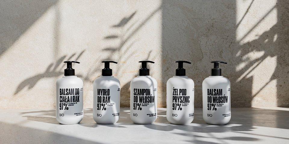 Linia o zapachu słonecznego bursztynu. Od lewej kolejno: balsam do ciała i rąk, mydło, szampon, żel pod prysznic, balsam do włosów.