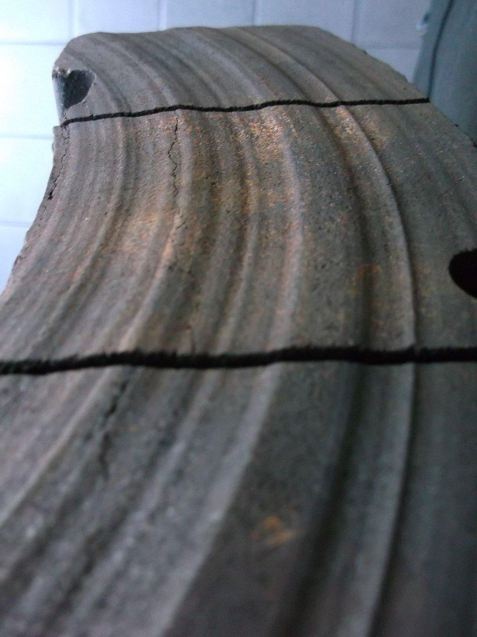 Nietypowe zużycie (np. podłużne rowki na powierzchni roboczej klocka)