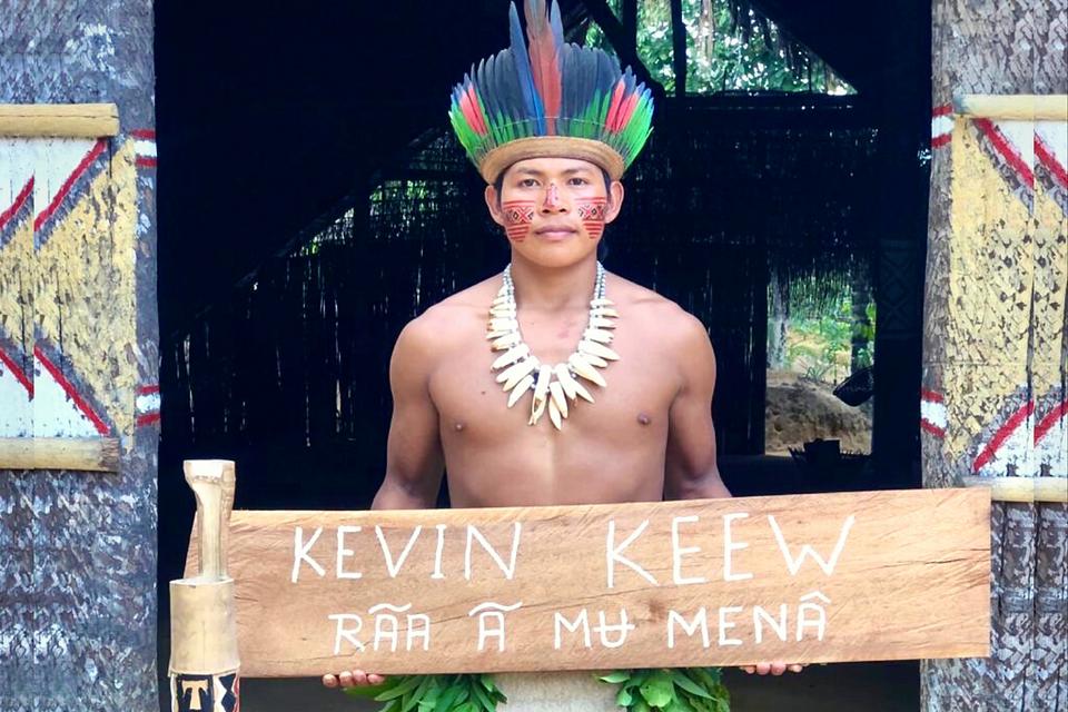 Dickson Tatuyo - Miembro de la tribu Tatuyo de la selva amazónica bailando en honor a Kevin Keew, con un regalo hecho a mano que dice