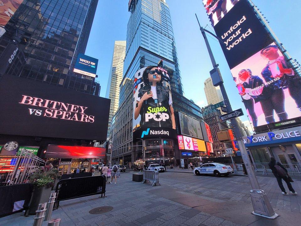 Kevin Keew está siendo promocionado en Nasdaq Billboard en Times Square, al lado de Britney Spears, en lo mismo billboard donde Ariana Grande promociona sus conciertos.
