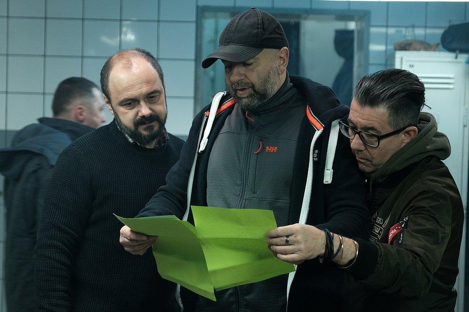 Fot. Marcin Makowski, od lewej: Arkadiusz Jakubik, Łukasz Kośmicki (reżyser) Adam Santura (II reżyser)