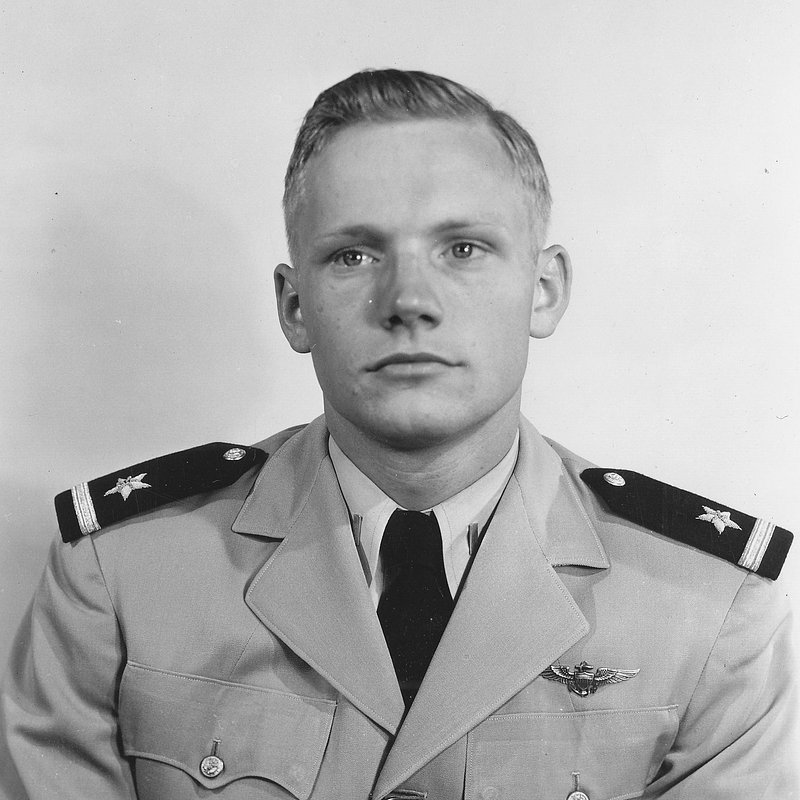 37b Neil_Armstrong_23_May_1952_(cropped).jpg