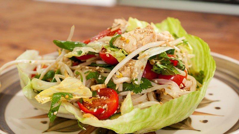 Wietnamska sałatka z makaronem ryżowym, orzechami i kurczakiem; Żołądek czy rozsądek? 4 (odc. 44)