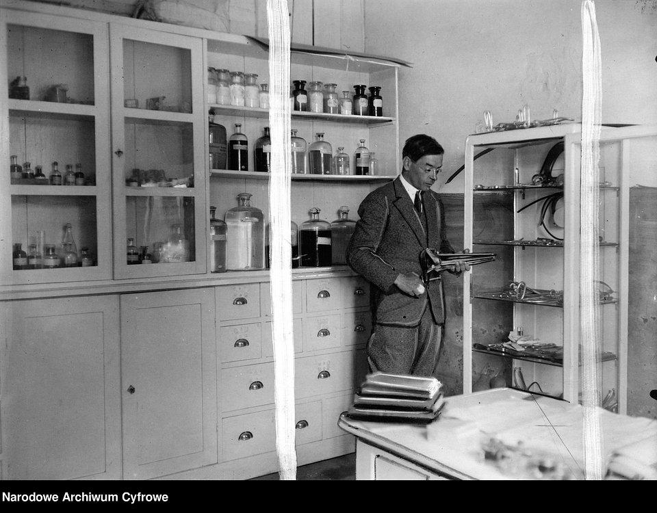 Apteka w ambulatorium weterynaryjnym w Trzebini - wnętrze, przed 1939 r.