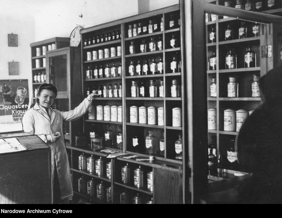 Aptekarka przy półkach z lekami, 1941 r.
